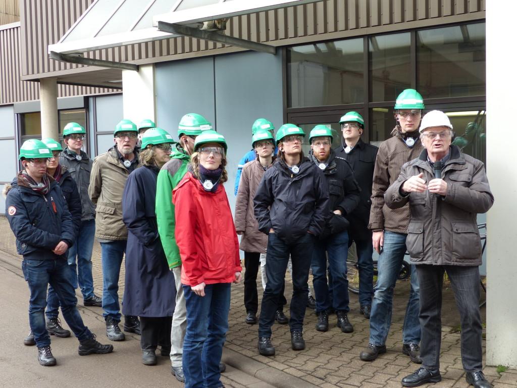 Unser Guide und wir mit Schutzausrüstung während der Führung durch das Kraftwerk