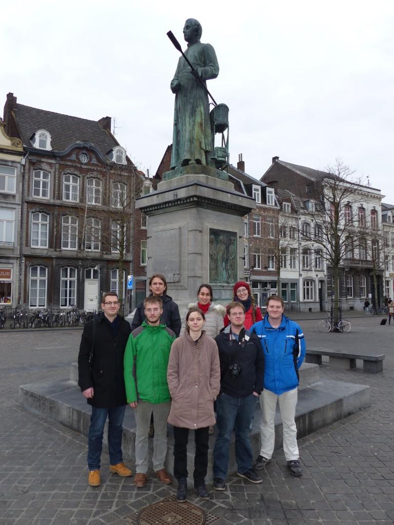 Wir vor dem Denkmal von Johannes Petrus Minckelers (Erfinder der Gaslampe) in Maastricht