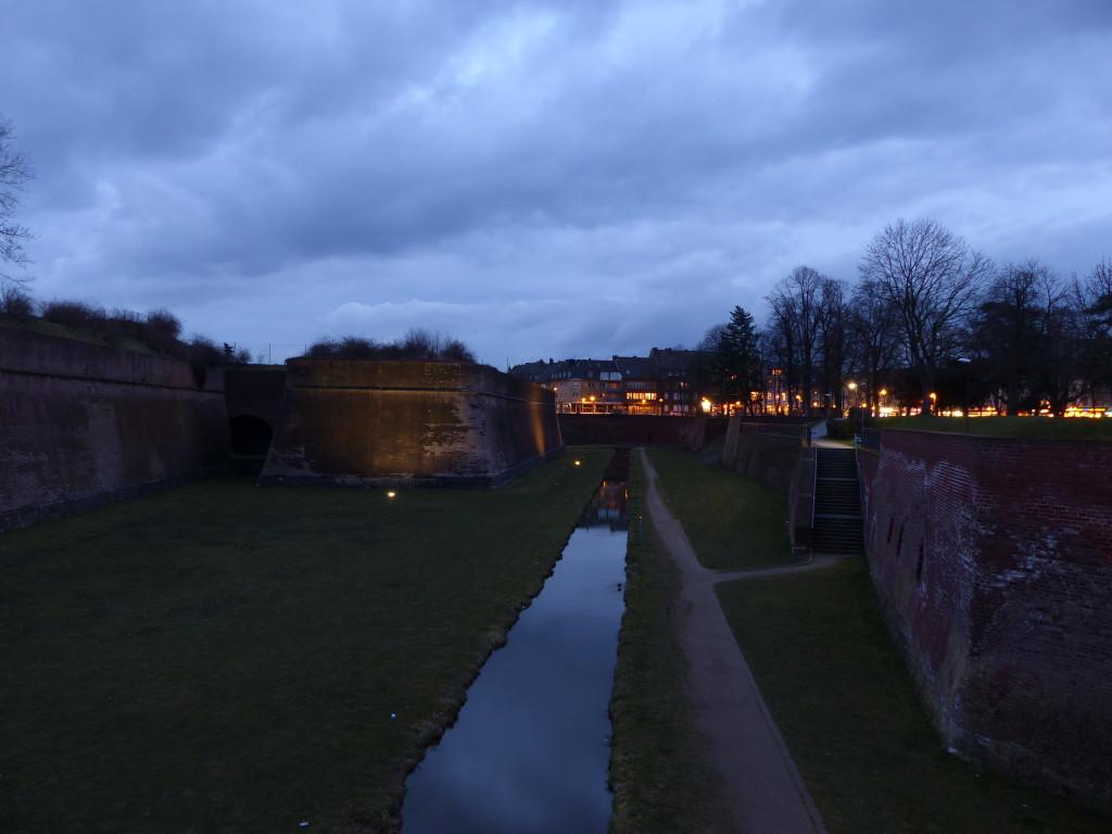 Graben um die Zitadelle Jülich (Zitadelle links, Stadt rechts)